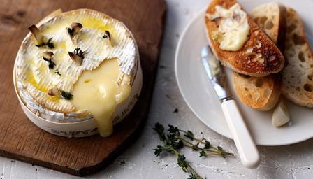 camembert au four avec du pain l 39 ail recette camembert. Black Bedroom Furniture Sets. Home Design Ideas